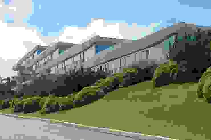 Edificio Acqua Punta del Este Jardines modernos de NATURHABITAT Moderno