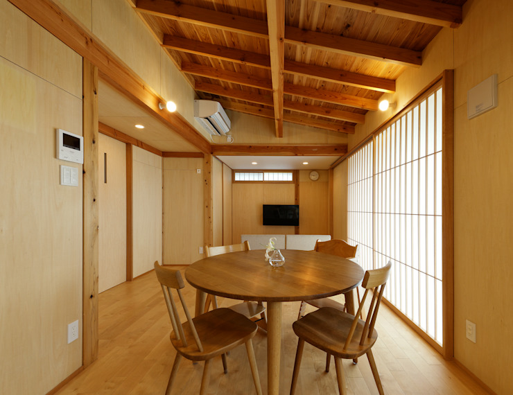 A HOUSE (ローコスト・外張断熱) 磯村建築設計事務所 モダンデザインの リビング