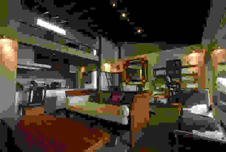 風の家のリビングスペース 和風デザインの リビング の 森村厚建築設計事務所 和風 無垢材 多色