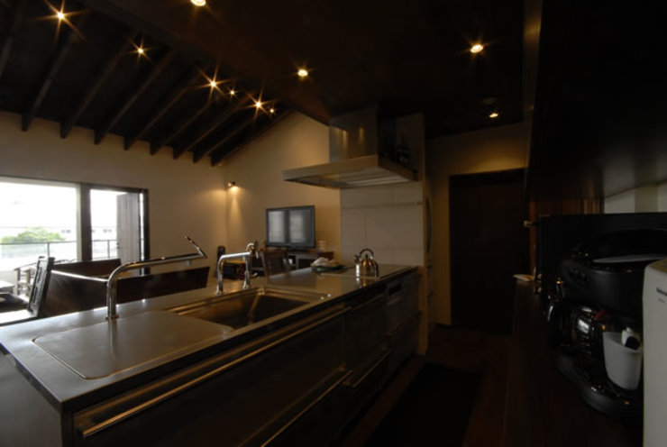 風の家のリビングスペース 和風の キッチン の 森村厚建築設計事務所 和風 無垢材 多色