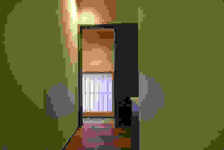 風の家の路地 和風の 玄関&廊下&階段 の 森村厚建築設計事務所 和風 無垢材 多色