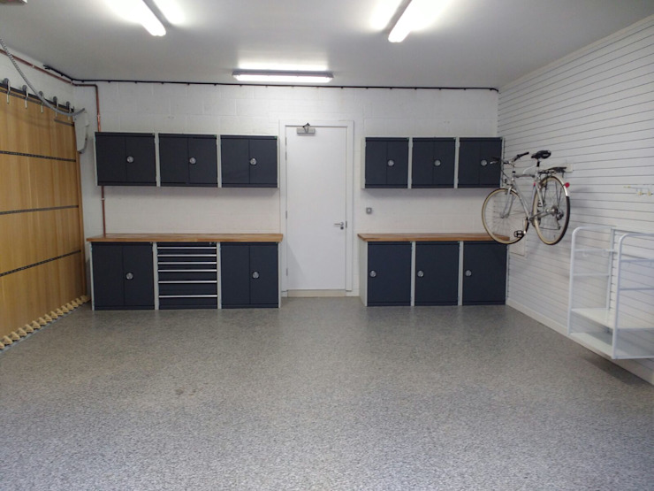 Resin Floor, Metal Cabinets and Bike Storage Galore in this lovely garage makeover in Cambridge 根據 Garageflex 現代風