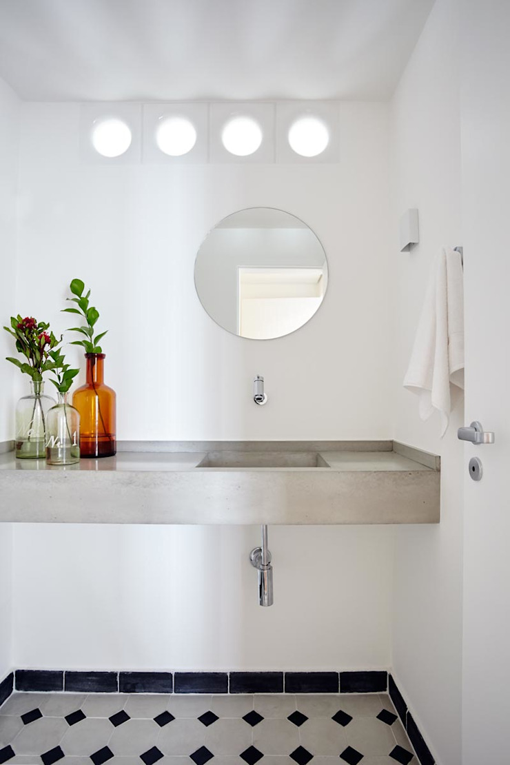 Salle de bain moderne par INÁ Arquitetura Moderne