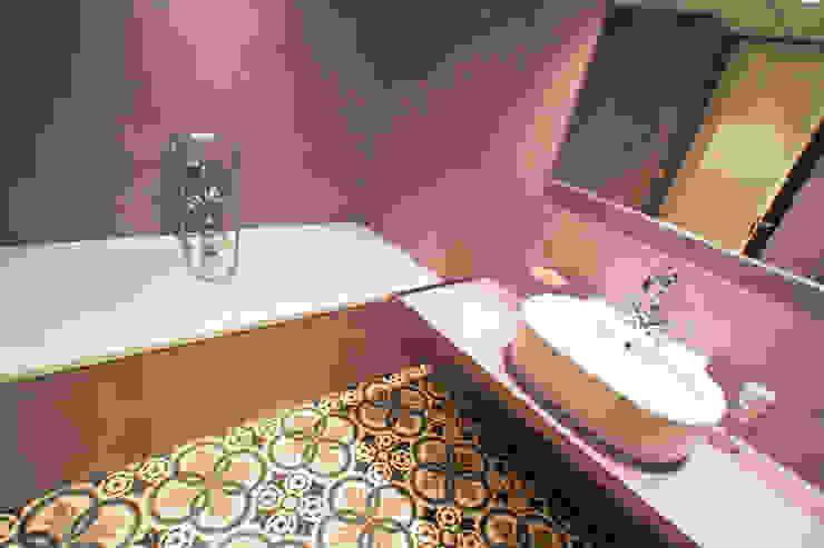Microcemento en un baño: Oficinas y Tiendas de estilo  de microcementos.info,