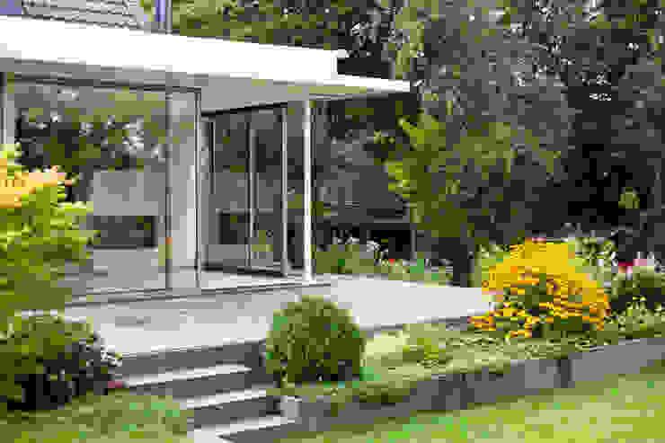 Wintergarten mit bodenbündigem Übergang in den Terrassenbereich raum.4 - Die Meisterdesigner Moderne Häuser