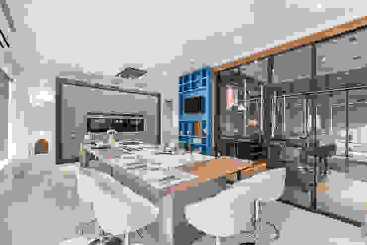 Showroom em Almancil Cozinhas modernas por Arrumos - dedicated woodworking & carpentry Moderno Prata/Ouro