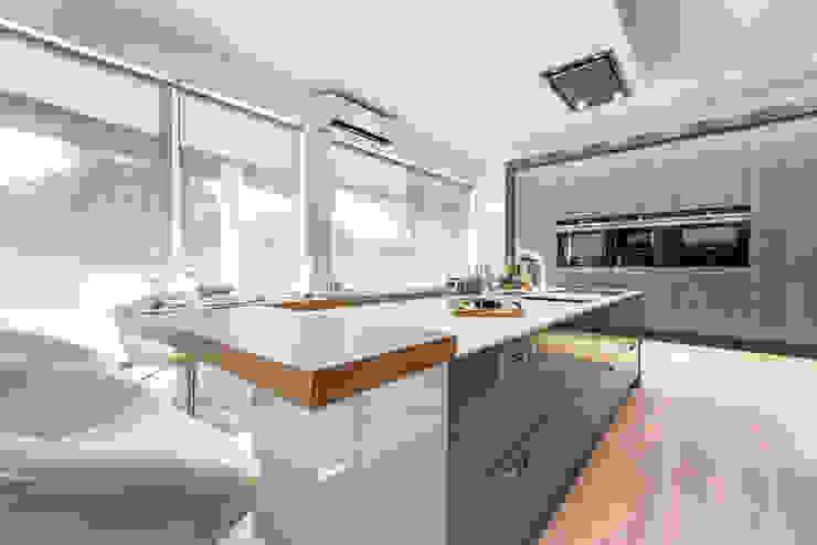 Modern Kitchen by Arrumos - dedicated woodworking & carpentry Modern