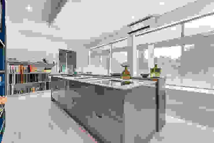 Showroom em Almancil Cozinhas modernas por Arrumos - dedicated woodworking & carpentry Moderno