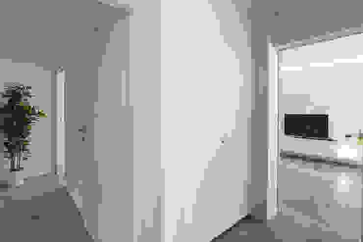 Pasillos, vestíbulos y escaleras de estilo moderno de DFG Architetti Associati Moderno