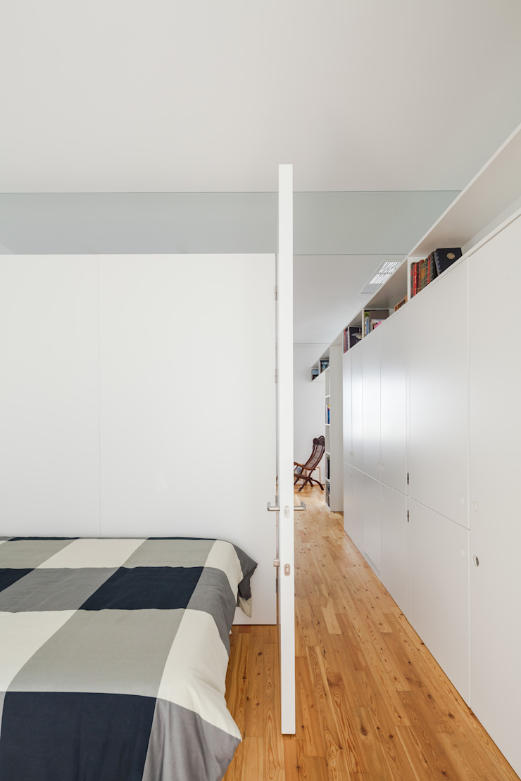 Minimalistyczna sypialnia od FMO ARCHITECTURE Minimalistyczny