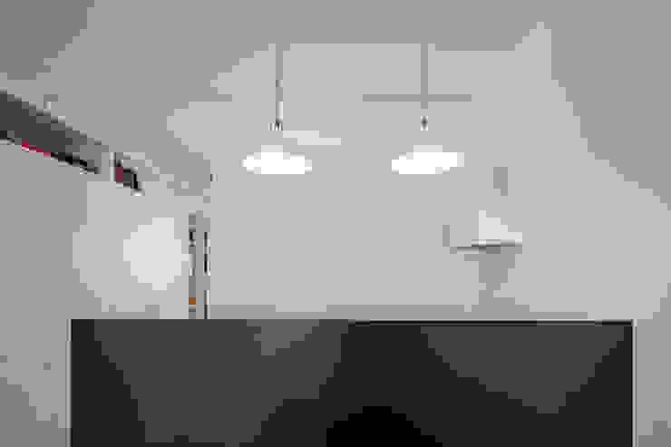 Minimalistyczna kuchnia od FMO ARCHITECTURE Minimalistyczny