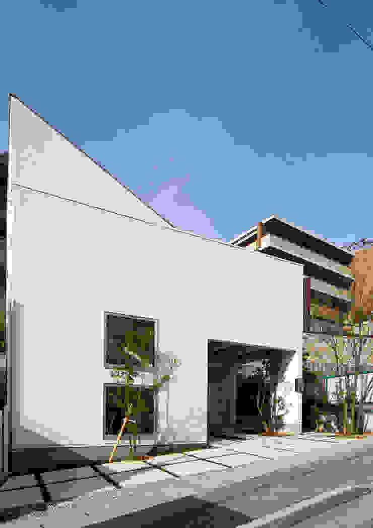 「坂道の小さな家」 モダンな 家 の Kenji Yanagawa Architect and Associates モダン 木 木目調