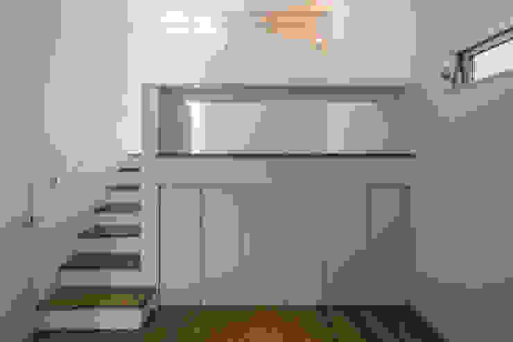 「坂道の小さな家」 モダンデザインの 子供部屋 の Kenji Yanagawa Architect and Associates モダン 木 木目調