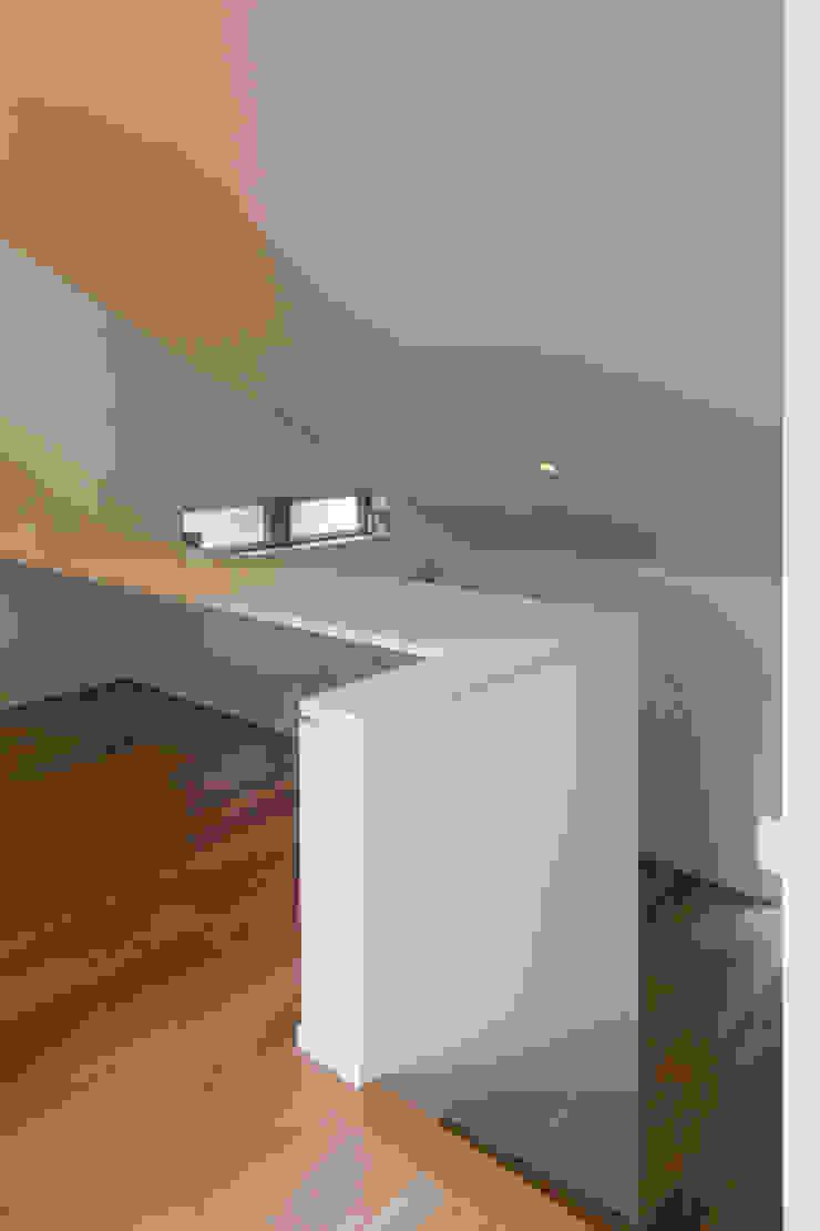 「坂道の小さな家」 モダンデザインの 書斎 の Kenji Yanagawa Architect and Associates モダン 木 木目調