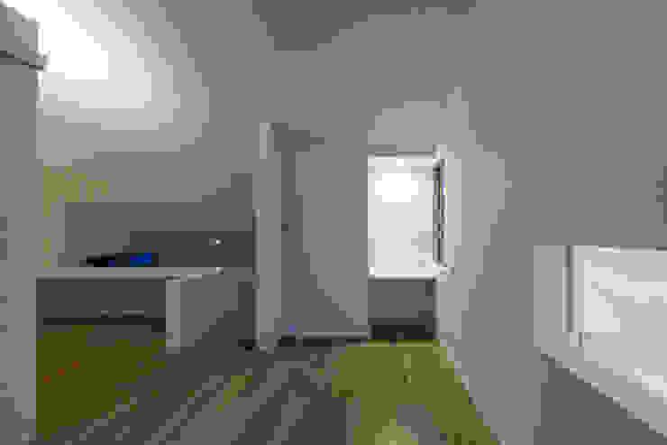 「坂道の小さな家」 モダンスタイルの寝室 の Kenji Yanagawa Architect and Associates モダン 木 木目調