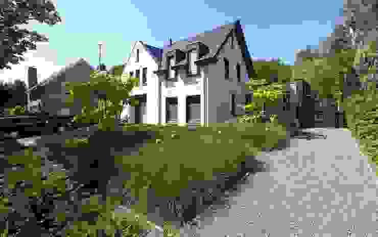 Strakke tuin tegen groene achtergrond Moderne tuinen van Stoop Tuinen Modern