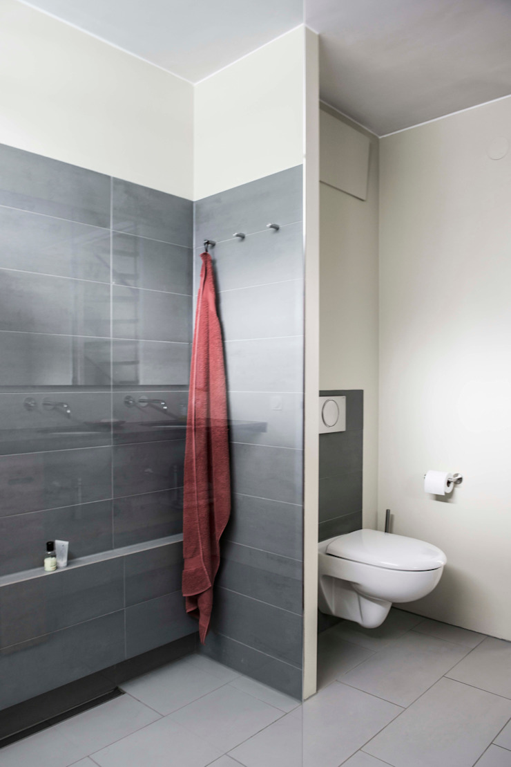 Wc achter wandscherm Modern Bathroom by B1 architectuur Modern Tiles