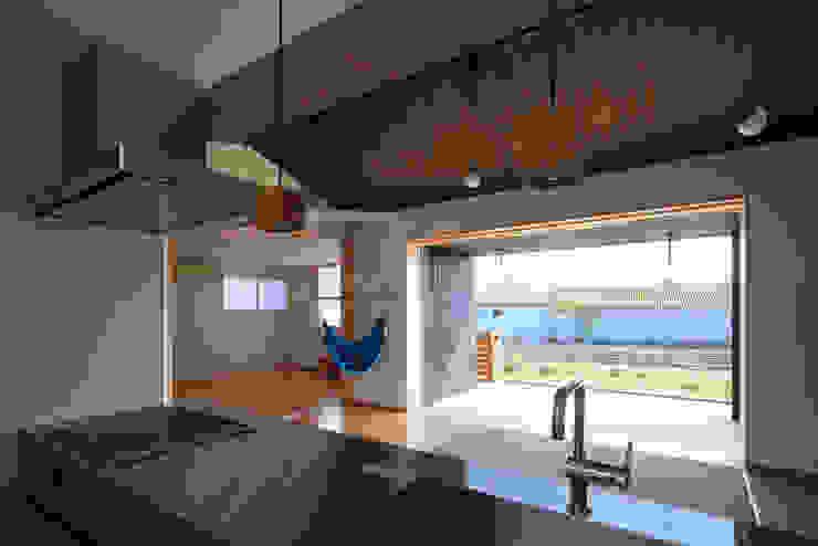 キッチンよりリビング・寝室を見る ミニマルデザインの リビング の ㈱ライフ建築設計事務所 ミニマル 木 木目調