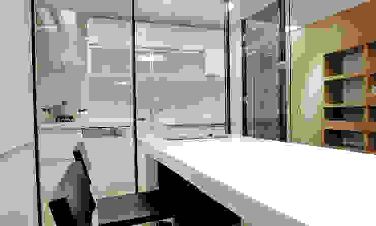 Cocinas de estilo moderno de AIRS 艾兒斯國際室內裝修有限公司 Moderno