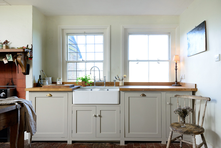 The Lidham Hill Farm Kitchen by deVOL deVOL Kitchens Country style kitchen White