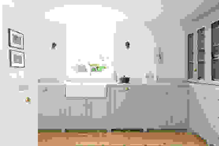 The Brighton Kitchen by deVOL deVOL Kitchens 北欧デザインの キッチン 白色