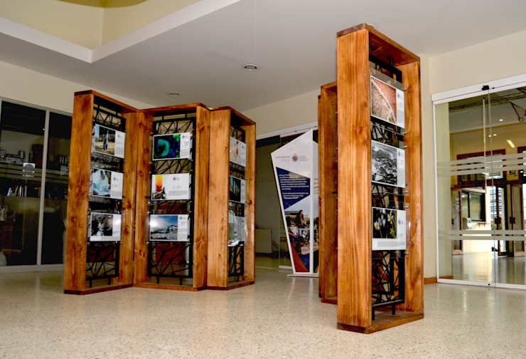 MODULO EXPOSITIVO PUCV de Gen Arquitectura & Diseño Moderno Madera Acabado en madera