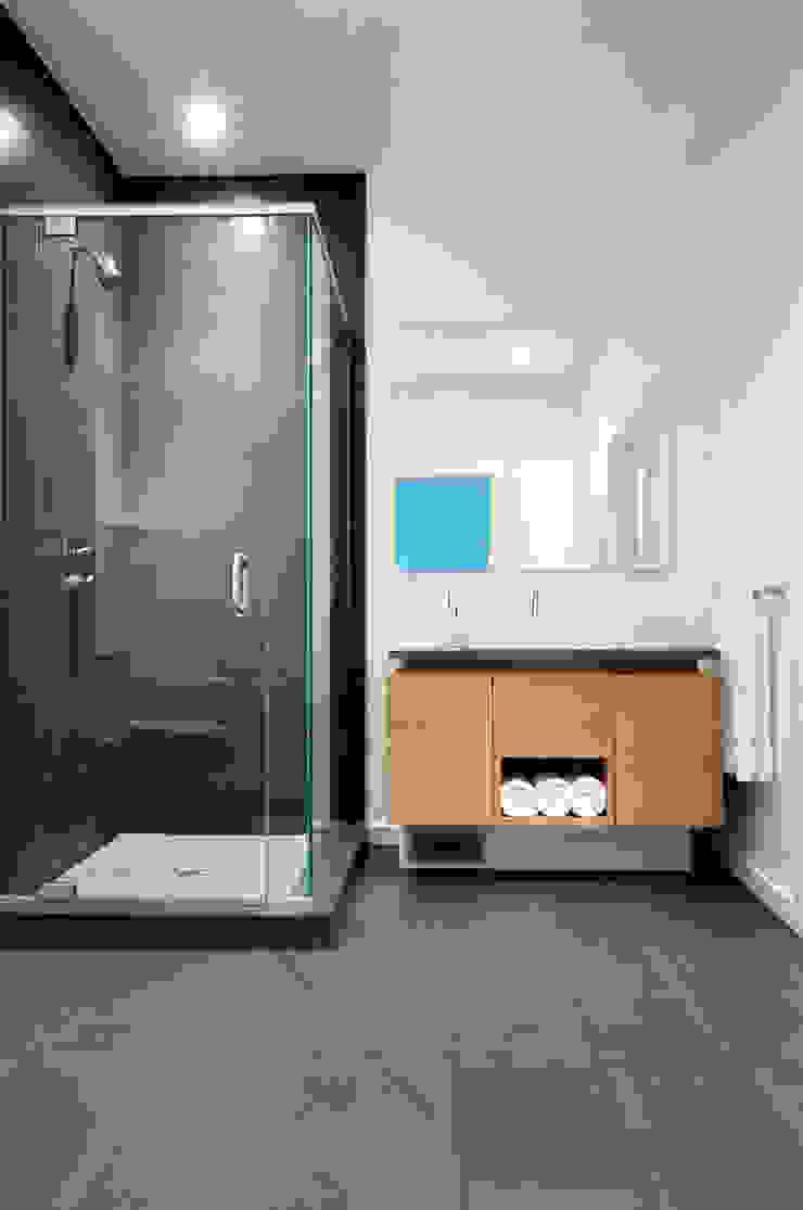 Fold Place Modern bathroom by Linebox Studio Modern