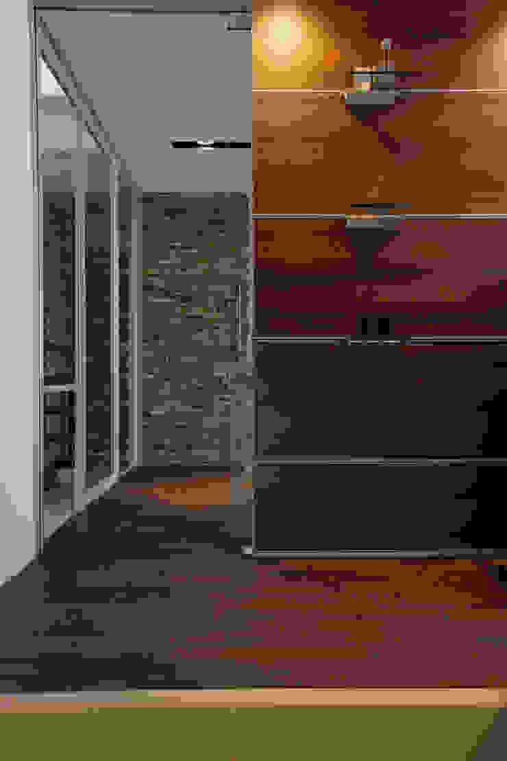 Modern corridor, hallway & stairs by Mアーキテクツ|高級邸宅 豪邸 注文住宅 別荘建築 LUXURY HOUSES | M-architects Modern Wood Wood effect