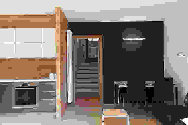SOGGIORNO - CUCINA contrasti materici gianluca valorz architetto Soggiorno moderno Legno Grigio