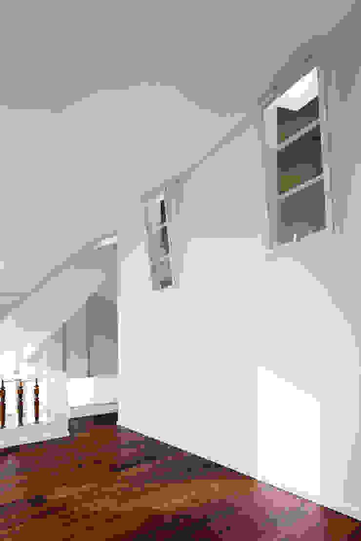 Belichtung innen liegender Bereiche brandt+simon architekten Moderne Wohnzimmer Weiß