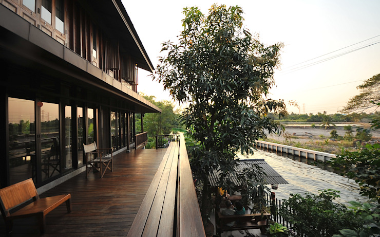 Terrazza in stile  di บริษัท สถาปนิกชุมชนและสิ่งแวดล้อม อาศรมศิลป์ จำกัด, Rurale Legno Effetto legno