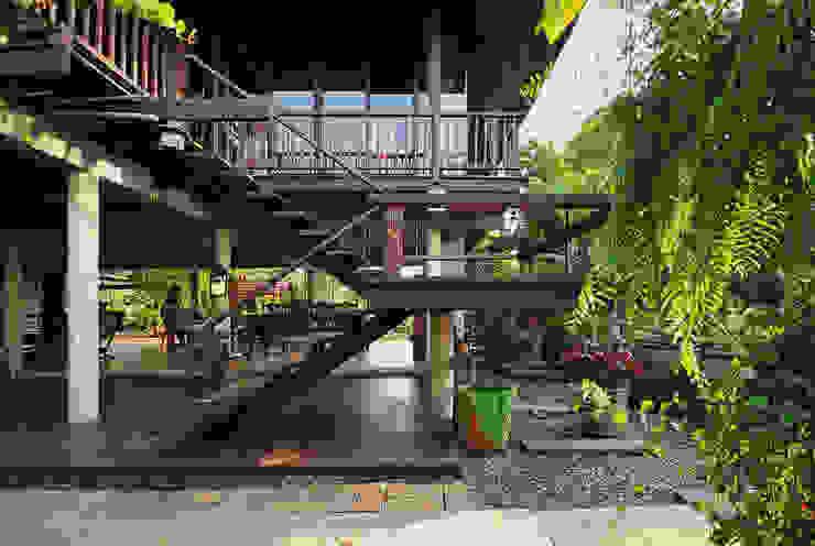 Дома в стиле кантри от บริษัท สถาปนิกชุมชนและสิ่งแวดล้อม อาศรมศิลป์ จำกัด Кантри Дерево Эффект древесины
