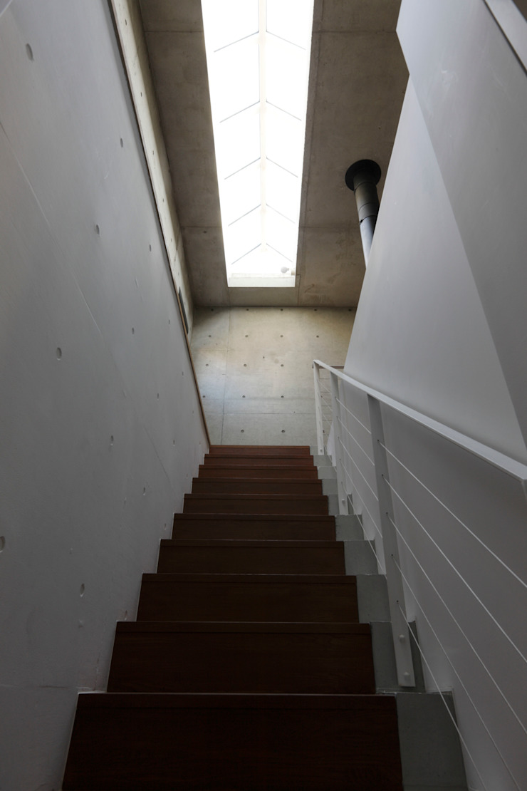 Mアーキテクツ|高級邸宅 豪邸 注文住宅 別荘建築 LUXURY HOUSES | M-architects Modern corridor, hallway & stairs Concrete White