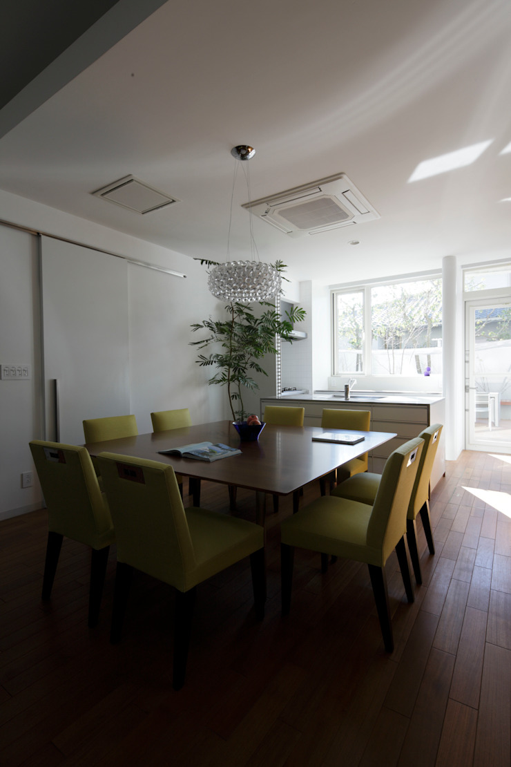 Modern dining room by Mアーキテクツ|高級邸宅 豪邸 注文住宅 別荘建築 LUXURY HOUSES | M-architects Modern Concrete