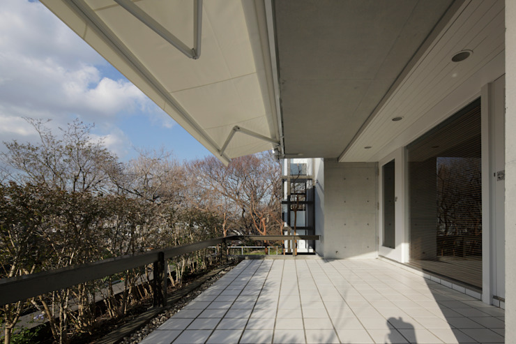 Modern style balcony, porch & terrace by Mアーキテクツ|高級邸宅 豪邸 注文住宅 別荘建築 LUXURY HOUSES | M-architects Modern Tiles