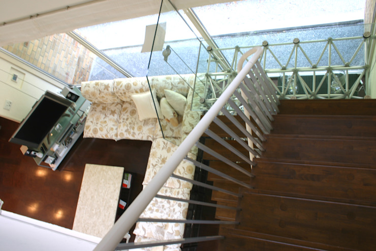Modern corridor, hallway & stairs by Mアーキテクツ 高級邸宅 豪邸 注文住宅 別荘建築 LUXURY HOUSES   M-architects Modern Glass