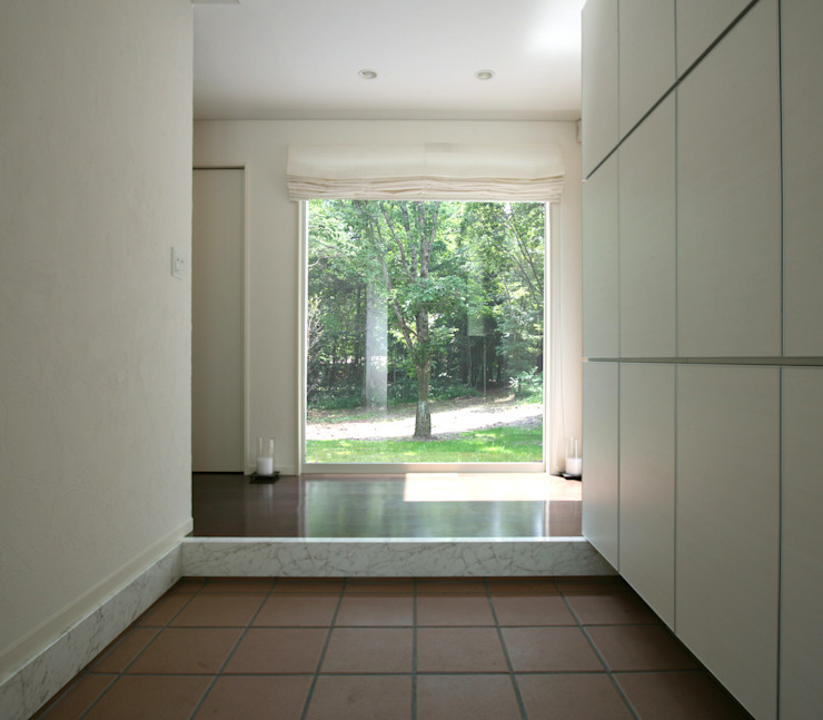 Modern corridor, hallway & stairs by Mアーキテクツ 高級邸宅 豪邸 注文住宅 別荘建築 LUXURY HOUSES   M-architects Modern Wood Wood effect