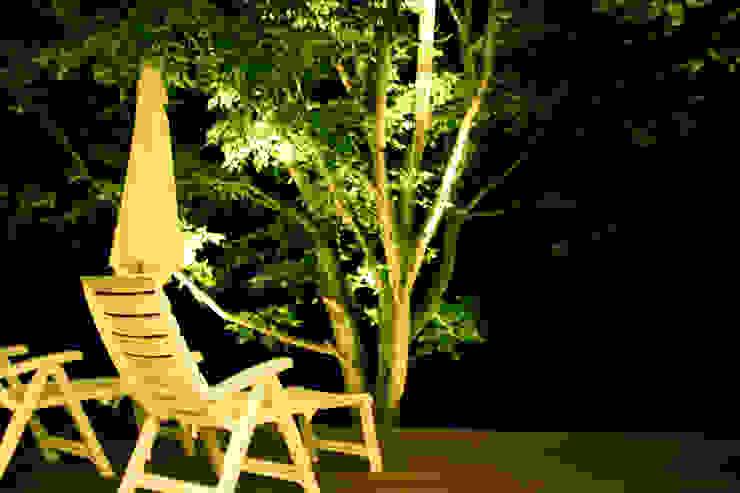Modern style balcony, porch & terrace by Mアーキテクツ 高級邸宅 豪邸 注文住宅 別荘建築 LUXURY HOUSES   M-architects Modern Wood Wood effect