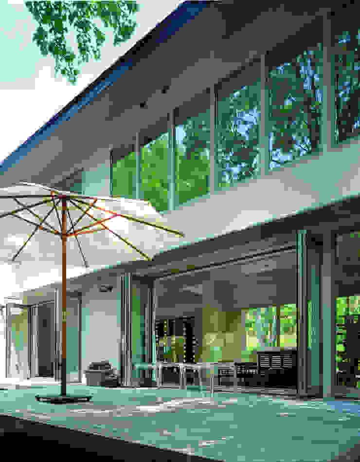 Modern style balcony, porch & terrace by Mアーキテクツ 高級邸宅 豪邸 注文住宅 別荘建築 LUXURY HOUSES   M-architects Modern Ceramic