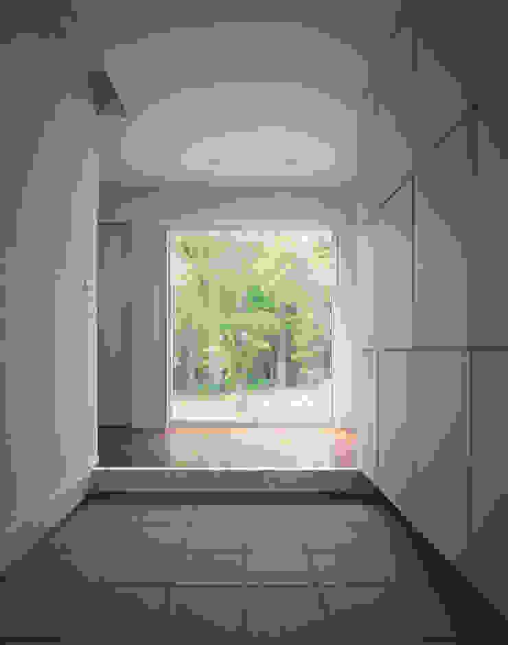 Modern corridor, hallway & stairs by Mアーキテクツ 高級邸宅 豪邸 注文住宅 別荘建築 LUXURY HOUSES   M-architects Modern Tiles