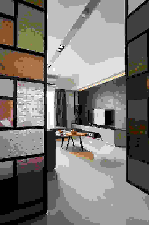 迎大門而立的拼布感屏風 現代風玄關、走廊與階梯 根據 青瓷設計工程有限公司 現代風