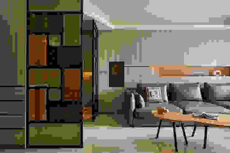 全牆式收納讓客廳更顯淨雅整潔 现代客厅設計點子、靈感 & 圖片 根據 青瓷設計工程有限公司 現代風