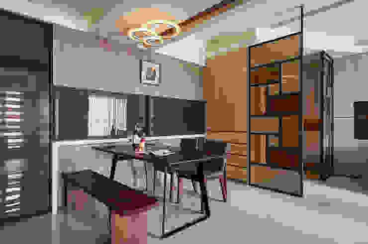 活動拉門賦予廚房隔間自主性 現代廚房設計點子、靈感&圖片 根據 青瓷設計工程有限公司 現代風
