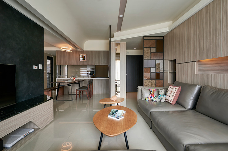 金屬線條與燈槽造型上下呼應增加設計亮點 现代客厅設計點子、靈感 & 圖片 根據 青瓷設計工程有限公司 現代風