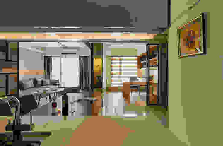 變更書房牆門,優化餐廳視野與採光 根據 青瓷設計工程有限公司 現代風