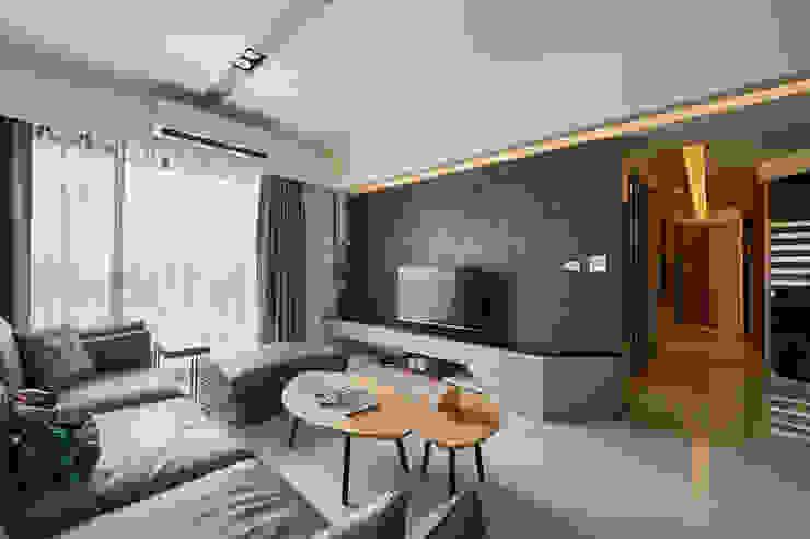 石紋般黑牆凸顯獨特美學主張 现代客厅設計點子、靈感 & 圖片 根據 青瓷設計工程有限公司 現代風