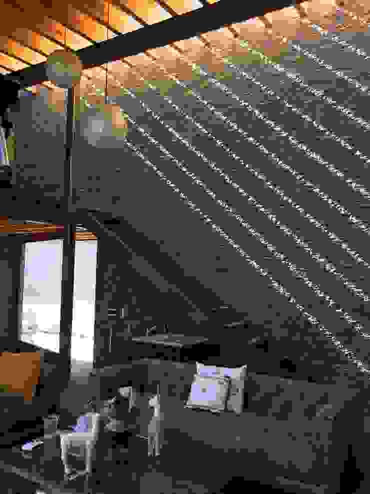 Nowoczesny pokój multimedialny od Taller Luis Esquinca Nowoczesny Kamień