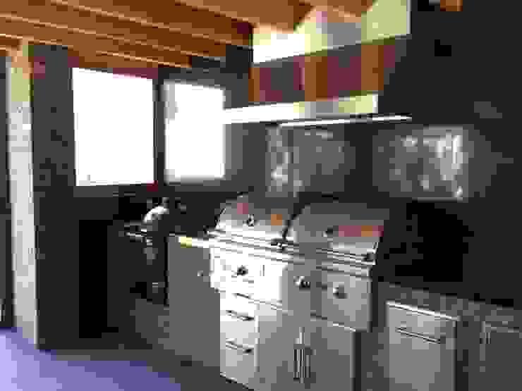 Nowoczesna kuchnia od Taller Luis Esquinca Nowoczesny Kamień