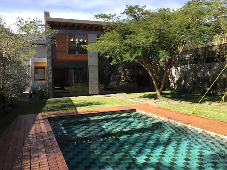 Nowoczesny basen od Taller Luis Esquinca Nowoczesny Kamień