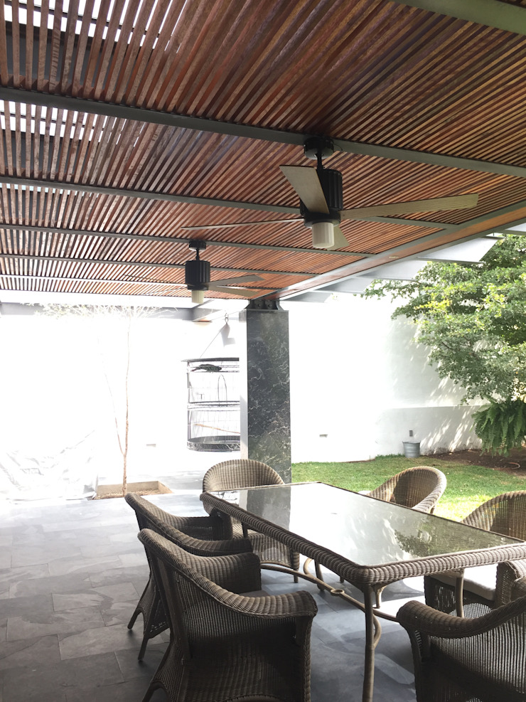 Nowoczesny balkon, taras i weranda od Taller Luis Esquinca Nowoczesny Matal